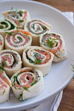 salmon and cream cheese rolls- Lachs-Frischkäse-Röllchen Advertisement Are you also happy to loll in strange apartments? Party Finger Foods, Party Snacks, Brunch Recipes, Appetizer Recipes, Appetizers, Drink Recipes, Dinner Recipes, Cream Cheese Rolls, Good Food