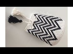 How To Crochet A Bucket Bag - Crochetopedia Free Crochet Bag, Love Crochet, Mochila Crochet, Knitting Patterns, Crochet Patterns, Bag Pattern Free, Rainbow Crochet, Craft Bags, Crochet Handbags