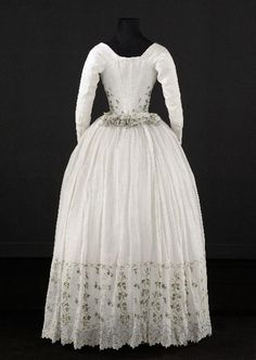 Caraco and petticoat, From the Palais Galliera, Musée de la Mode de la… 18th Century Dress, 18th Century Clothing, 18th Century Fashion, Rococo Fashion, Victorian Fashion, Vintage Fashion, Gothic Fashion, Antique Clothing, Historical Clothing