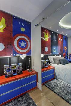 Quarto infantil decorado em azul e vermelho com super heróis