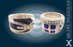 due anelli della collezione City by Night. Anello in oro bianco con diamanti e smalto blu scuro opaco. Anello con smalti trasparenti, oro bianco e diamanti.