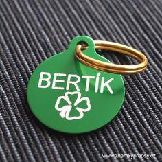 Kulatá psí známka se jménem Bertík, symbolem čtyřlístku a kontaktními údaji