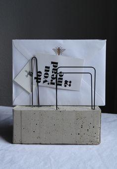 Beton-Brief- und Kartenhalter II von Belichtet