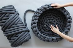 Braid Dog Bed Tutorial 2019 If your dog could talk it would tell you to make this pet bed right now. It's a great piece of home decor that can be cleaned in the washing machine! The post Braid Dog Bed Tutorial 2019 appeared first on Yarn ideas. Finger Crochet, Finger Knitting, Arm Knitting, Hand Crochet, Diy Crochet Dog Bed, Hand Knit Blanket, Knitted Blankets, Chunky Blanket, Yarn Projects
