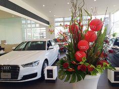 新車発表のお祝い花に。 エンブレムをあしらったバルーンがポイント