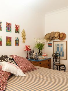 A casa da estilista Isabela Capeto no Rio de Janeiro (Foto: Fran Parente) Awesome Bedrooms, Cool Rooms, Room London, Guest Room Office, Ikea Bed, Casa Real, New Room, Apartment Living, Decoration