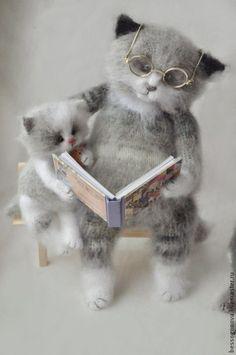 вязаная игрушка КОТ читает сказки КОТЯТАМ 30 см - белый,кот,котик,котики