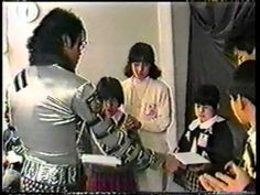Michael Jackson (Rare) Tokio Bad Tour (Backstage) Safechuck is there also on the side Michael Jackson Bad Tour, Michael Love, Mj Bad, Jackson Family, Backstage, Rock And Roll, Handsome, Husband, Tours