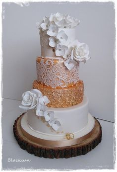 Wedding cake in white and gold by Blacksun - http://cakesdecor.com/cakes/292936-wedding-cake-in-white-and-gold