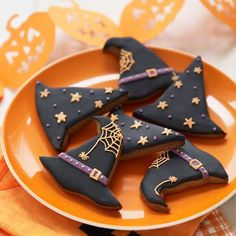 25 Simple Witch Crafts and Treats - TGIF - This Grandma is Fun autumn fall Halloween witch hat cookies: Photo only! If anyone has the original link to this recipe please post it here. Halloween Desserts, Halloween Cupcakes, Bolo Halloween, Postres Halloween, Recetas Halloween, Halloween Cookie Recipes, Halloween Cookies Decorated, Halloween Sugar Cookies, Halloween Party Snacks