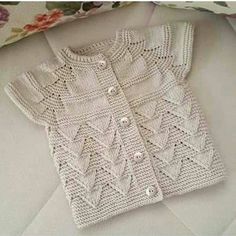 "[ ""Gorgeous knitted girls short sleeve cardigan - love it! - ayşe kayalı - Welcome to the World of Decor! Baby Knitting Patterns, Baby Hats Knitting, Knitting For Kids, Easy Knitting, Knitting Stitches, Baby Patterns, Knitted Hats, Baby Vest, Baby Cardigan"