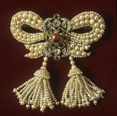 pearl bow brooch with Tassels
