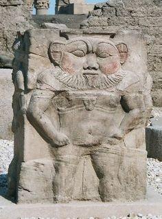 Dieu Bès - génie bienfaiteur qui protège des mauvais esprits, souvent représenté par un nain accroupi, son visage est celui d'un lion (rarement représenté de face comme ici)