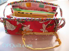 It's a Mini Sew Together Bag! A Mini Sew Together Bag has two pockets and is smaller than its big sister. While I love my regular-sized bag, I really wanted one that was just a bit … Sewing Tutorials, Sewing Projects, Sewing Kits, Sewing Ideas, Sew Together Bag, Sewing Circles, Craft Bags, Zipper Bags, Bag Making