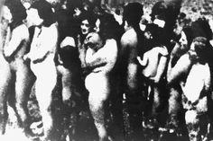 1941-1943, Polônia --- Mulheres nuas e as crianças estão na fila para as câmaras de gás no campo de concentração de Treblinka, perto de Varsóvia, na Polônia.