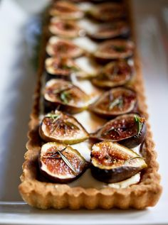 Delicious recipe for Roasted Fig Tart with Honey, Goat cheese and Mascarpone.using fresh figs, lightly roasted and caramelized in the oven. Fig Recipes, Tart Recipes, Sweet Recipes, Baking Recipes, Dessert Recipes, Pancake Recipes, Burger Recipes, Just Desserts, Delicious Desserts
