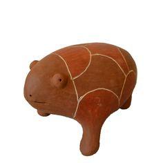Escultura em cerâmica de um sapo.  Obra de autoria da artesã pernambucana Luiza dos Tatus.  Medidas: 17 x 27 x 15cm (L x C x A)