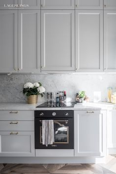 Indian Home Interior Home Decor Kitchen, New Kitchen, Home Kitchens, Kitchen Dining, Kitchen Cabinets, Square Kitchen, Home Interior, Interior Design Kitchen, Interior Design Living Room