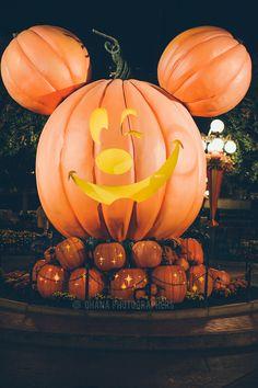 Halloweentime at Disneyland Resort // Mickey Pumpkin Fall Wallpaper, Halloween Wallpaper, Disney Wallpaper, Halloween Backgrounds, Disneyland Halloween, Halloween Town, Disneyland California, Disneyland Resort, Disneyland Photography