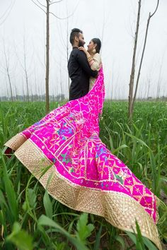 <3 this #CoupleShoot in the khet all bollywood style by this Punjabi couple! #phulkari #dupatta #trail #preweddingshoot #Indianwedding #weddingphotograph #punjabi bride | Curated by #WittyVows - The ultimate guide for the Indian Bride | www.wittyvows.com