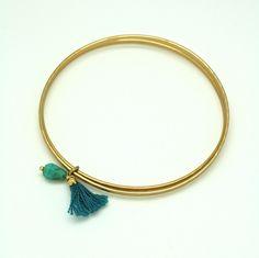 Bracelet jonc en laiton doré mat, verre de bohème et pompon bleu www.lisamia.fr