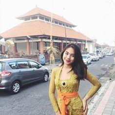 Galungan day🌸✨ I 💗 Balinese Girls Indonesian Kebaya, Kebaya Bali, Kebaya Dress, Asian Woman, Asian Girl, Kebaya Wedding, Model Kebaya, Hijab Chic, Balinese