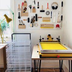 How Do I Make A Creative Workspace? Screen Printing Equipment, Diy Screen Printing, Screen Printing Machine, Silk Screen Machine, Screen Printer, Home Art Studios, Art Studio At Home, Garage Art Studio, Silkscreen