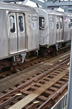 New York Subway cars. You can also drink beer while you ride them. New York Subway, Nyc Subway, Brooklyn New York, New York City, Train Station Clock, Go Transit, Long Island Railroad, Underground Tube, Metro Subway