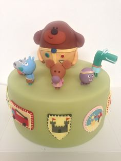 Hey Duggee birthday cake with hey duggee characters and squirrel club badges victoria's cake company market harborough leicestershire Twin Birthday Cakes, 2nd Birthday, Birthday Ideas, Cake Icing, Cupcake Cakes, Pool Party Cakes, Victoria Cakes, Bithday Cake, Cake & Co