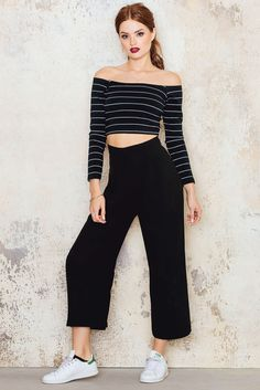 Get your pants game on! The wide Suiting Pants by NA-KD is made in soft material and features pockets, wide legs, zip and hook closure. Looks perfect with a cropped top!