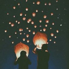 Great alternative to fireworks! ~play safe, l ovies. Be sure to check if you need a permit to release your sky lanterns, and don't release them where there's a potential fire hazard. Sky Lanterns, Floating Lanterns, Photo Deco, Jolie Photo, Photo Instagram, Night Skies, Pretty Pictures, Fireworks, Art Photography