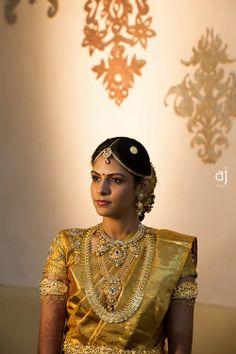 Traditional South Indian bride wearing bridal saree and jewellery Indian Bridal Sarees, South Indian Sarees, Indian Silk Sarees, Bridal Looks, Bridal Style, Hindu Bride, Kerala Bride, Golden Saree, Telugu Brides