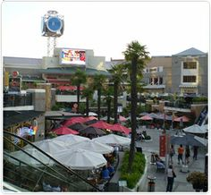 MALL PARQUE ARAUCO: Es uno de los más exclusivos centros comerciales de Santiago, cuenta con más de xxx tiendas además de cine, teatro, bowling, cancha de patinaje, restaurantes y cafés, sala de arte, entre otros.