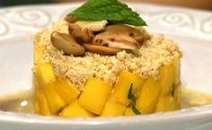 Receita de sobremesa de manga com farofa de amêndoas e calda caseira de frutas vermerlhas.