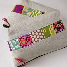 small zipper pouches patchwork linen Zakka pouch (creator and original source unknown) Small Zipper Pouch, Zipper Bags, Patchwork Bags, Quilted Bag, Fabric Bags, Fabric Scraps, Fabric Basket, Scrap Fabric, Purse Patterns