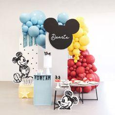 Um clássico reinventado! ❤ Mickey  #mickey #mickeyparty #mickeypartyideas Mickey First Birthday, Boys First Birthday Party Ideas, Baby Boy Birthday, 1st Birthday Parties, Simple Birthday Decorations, Balloon Decorations Party, Festa Mickey Baby, Daisy Party, Minnie Mouse Balloons