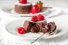 Here's an easy Molten Chocolate Cake recipe - famous for its tender, moist cake, a light crispy crust, and a gooey, rich chocolate middle. Molten Chocolate, Chocolate Cake, Köstliche Desserts, Delicious Desserts, Delicious Chocolate, Wedding Cakes With Cupcakes, Cupcake Cakes, White Cupcake Recipes, Most Delicious Recipe