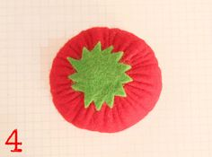 TUTO : Cliquez sur chaque photo pour voir en plus grand Dans la feutrine rouge, coupez un grand cercle. Dans la feutrine verte,...