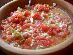 Pipirrana jiennense. Ensalada a base de tomate pelado, emulsionado con mucho aceite, atún, pimiento verde y ajo. La sencillez de su preparación lo hace idóneo para comerlo en cualquier lugar, sobre todo en verano.