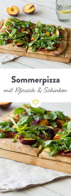 Süßer Pfirsich, herzhafter Weichkäse, knuspriger Parmaschinken und ein bisschen frischer Rucola - fertig ist die Sommerpizza!