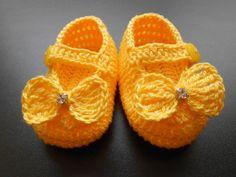 SAPATINHO COM LAÇO E STRASS: de crochê em linha 100% algodão, com aplicação de laço e strass.  Escolha na cor de sua preferência.  Acompanha embalagem de filó.    Tamanhos:  P - 8 cm - RN,  M - 9 cm - 0 a 3 meses,  G - 10 cm - 3 a 6 meses. R$ 35,00.