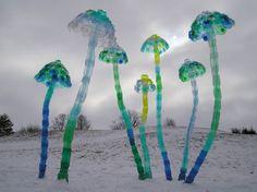 recyclage de bouteilles plastiques en sculptures champignons par Veronica Richterova