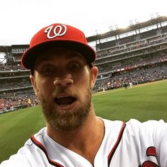 Bryce Harper took a selfie with a fan's phone before first pitch Baseball Live, Baseball Guys, Rangers Baseball, Baseball Star, Mlb Players, Baseball Players, Articles For Kids, Snap Selfie, Washington Nationals Baseball