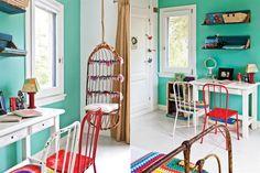 Un dormitorio alegre que tiene como protagonista una hamaca de mimbre (Puerto de Frutos de Tigre) decorada con géneros de descarte por la dueña del cuarto. Junto al escritorio, las sillas de hierro pintadas también hacen su aporte de color.  /Santiago Ciuffo