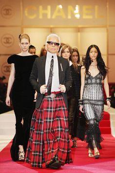 Statement im Schottenrock: Im Dezember 2004 eröffnet Chanel seine bis dato weltweit größte Boutique in Tokio. Karl Lagerfeld zeigt seine Kollektion im Hiblya Park. © Getty Images - mit KARL LAGERFELD