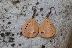 Ethno Ohrringe Holz bestickt von fabol auf DaWanda.com