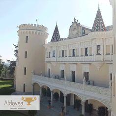 La majestuosa fachada del Castillo de Viñuelas.