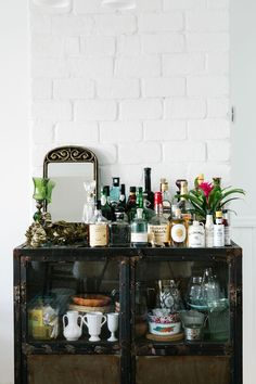 Ready for the weekend: A china cupboard doubles as a stylish bar. for the weekend: A china cupboard doubles as a stylish bar. Bar Cart Styling, Bar Cart Decor, Retro Home Decor, Cheap Home Decor, Home Interior, Interior Decorating, Interior Colors, Bandeja Bar, Bar Deco