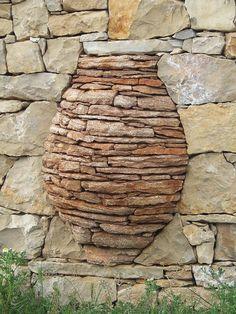 Detalle decorativo de un muro construído en piedra seca por Eladio Ocina, en el Llosar, Villafranca del Cid, Castellón. Foto: Pedra a pedra https://www.facebook.com/groups/323439121052111/ de Emilio Vicente Colom.