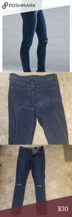 Bullhead Super High Rise Skinniest Jeans Size 5 Bullhead super high rise skinniest jeans Distressed in knee area. Used but in great condition! Size 5 13in across waist when laying flat  28 in inseam Bullhead Jeans Skinny